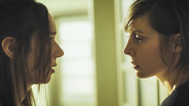 Zwei Frauen schauen sich an.