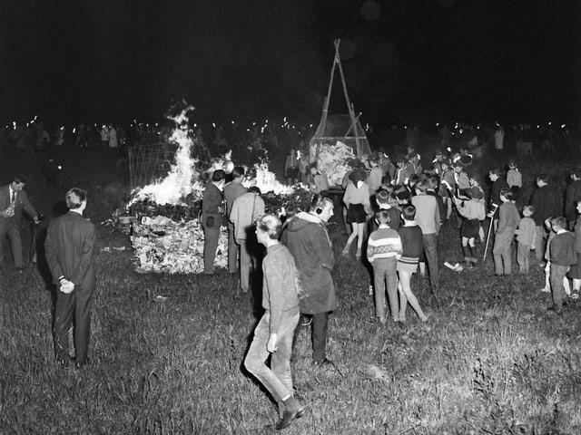 Grosses Feuer, Hefte werden verbrannt, Jugendliche davor.