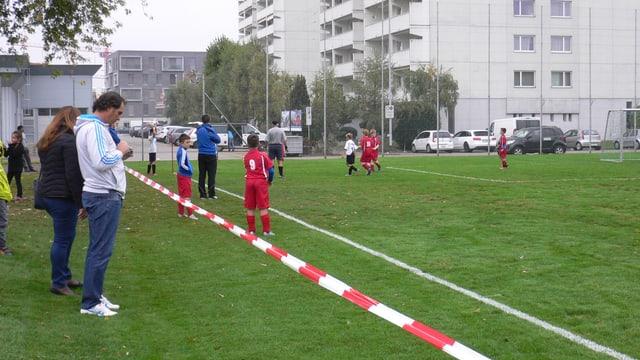 Das Fussballfeld in Emmen ist mit einem rot-weissen Markierungsband abgesperrt.