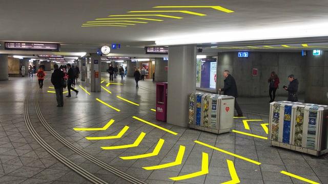 Visualisierung gelbe Pfeile am Boden und an der Decke