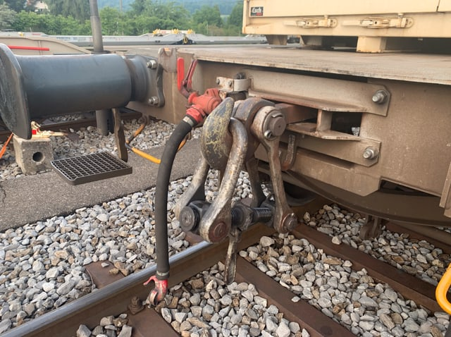 Eine traditionelle Schraubkupplung an einem Güterwagen der SBB.