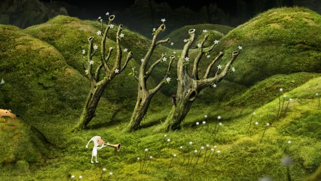 Elfride im weissen Kostüm spielt eine Tröte in ihrem Garten.