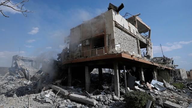 Zerstörtes Gebäude und Trümmer.