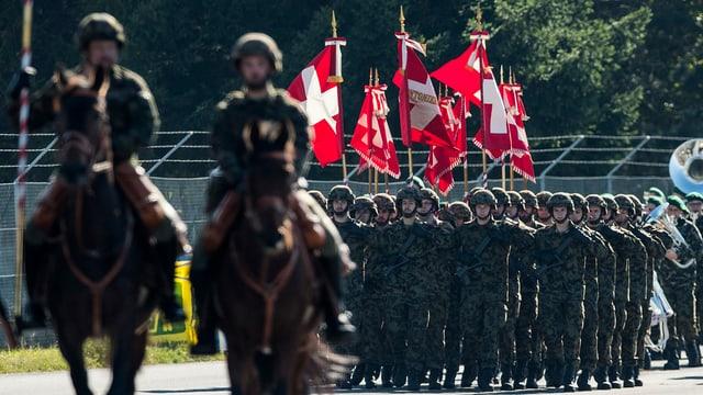 """Angehoerige der Armee zu Pferd und zu Fuss am Defilee beim Grossanlass """"Thun meets Army"""", am 22.10.16"""