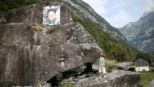 Ein Foto ist an einem Felsen angebracht.