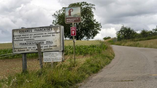 Leicht erodiertes Grenzschild am Grenzübergang zwischen Frankreich und Basel