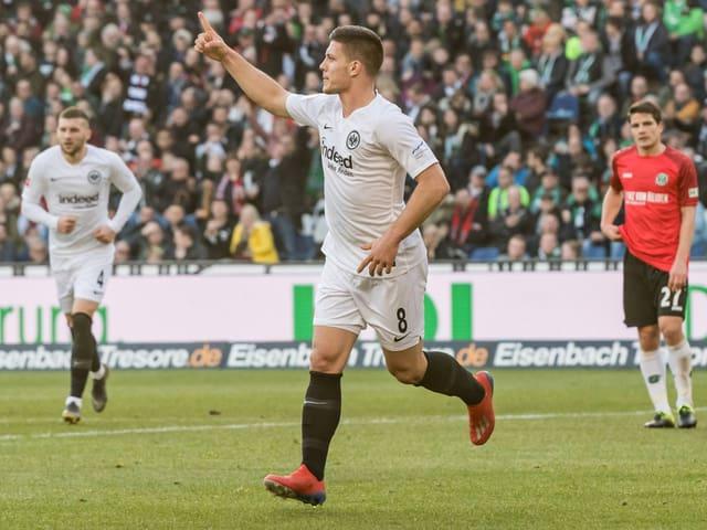 Frankfurts Luka Jovic bejubelt einen Treffer gegen Hannover