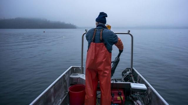 Ein Fischer auf seinem Boot.