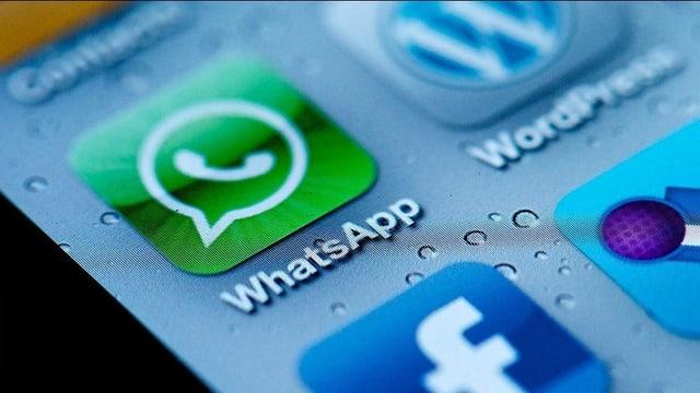 Die Logos von Facebook und WhatsApp auf einem iPhone.