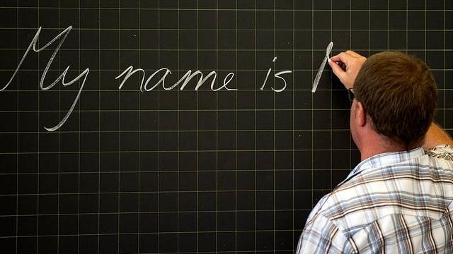 Lehrer schreibt auf Englisch an die Wandtafel