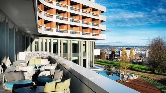 Blick von der Terrasse auf den umgebauten Hotelkomplex des Atlantis am Zürcher Stadtrand.