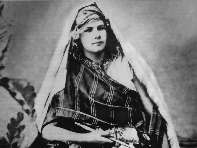 Schwarz-Weiss-Aufnahme: Eberhardt in orientalischer Kleidung und Kopfbedeckung