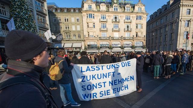 Bereits im Dezember 2013 demonstrierten Schüler gegen die Sparpläne der Regierung.