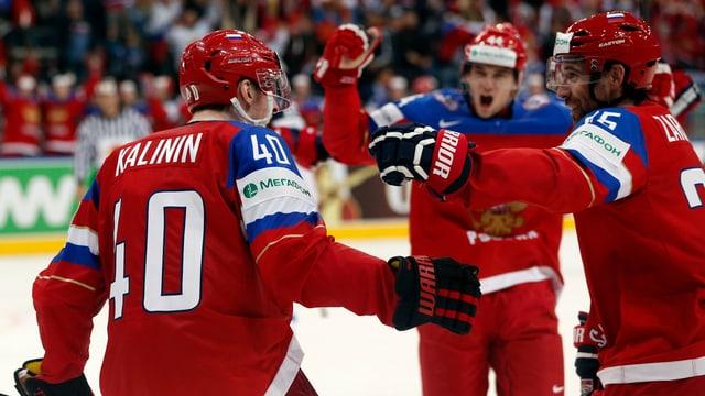Russlands Sergej Kalinin lässt sich nach dem Treffer zum 4:1 feiern.