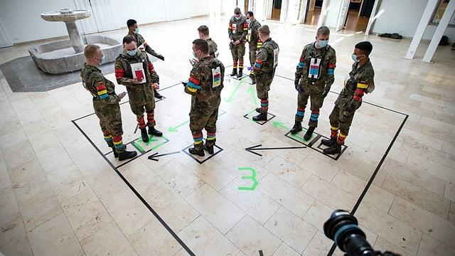 Soldaten der Bundeswehr testen eine Corona-App.
