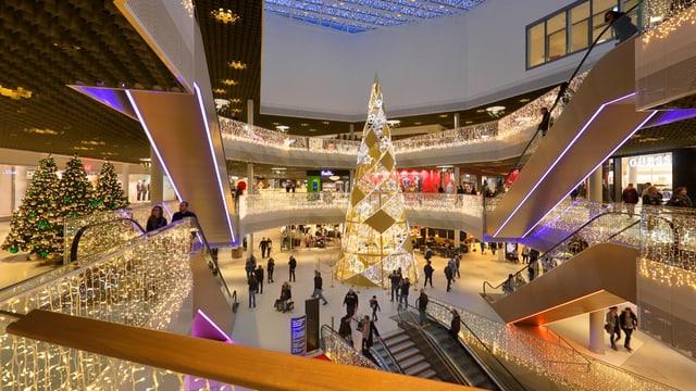 Shoppingcenter weihnächtlich dekoriert.