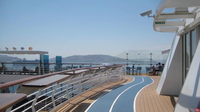 So joggt man auf dem Schiff: Auf einem blauen Streifen rund ums Deck herum