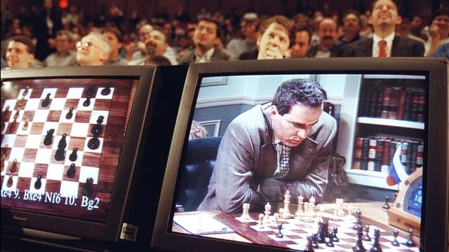 Zwei Bildschirme: Auf einem ein Schachbrett. daneben ein Schachspieler.