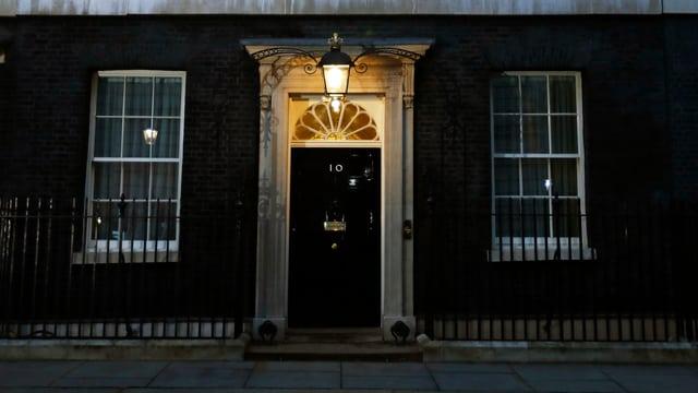 Tür zu Downing Street 10, dem Sitz des britischen Premierministers.