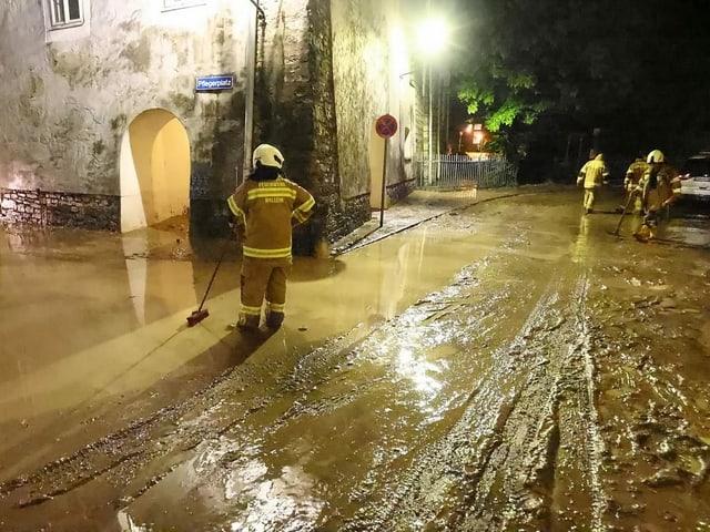 Feuerwehrleute in Hallein