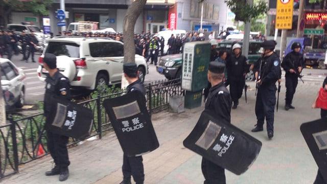 Polizisten sichern einen Platz oder ein Gebäude ab.