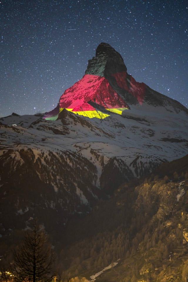 eine Deutschland Flagge wird aufs Matterhorn projiziert