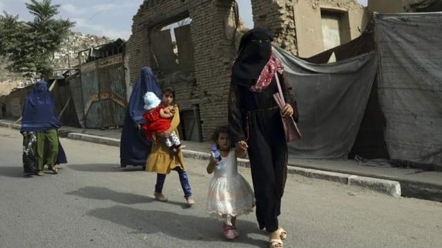 Schwarz verschleierte Frau mit Kindern auf der Strasse