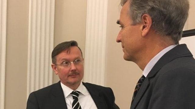 Marc Fehlamann und Guy Morin gucken sich an.