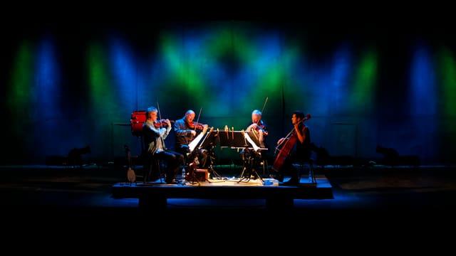 Ein Streichquartett spielt auf einer Bühne.