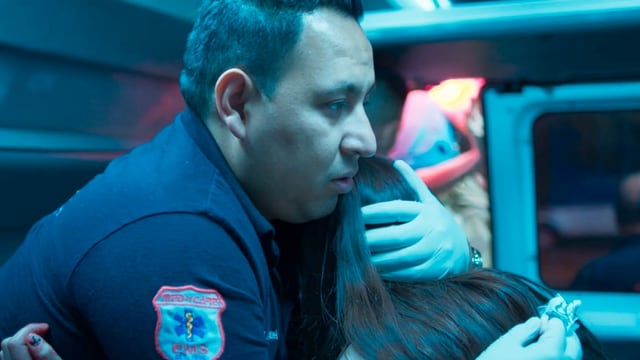 Sanitäter hält Frau im Arm
