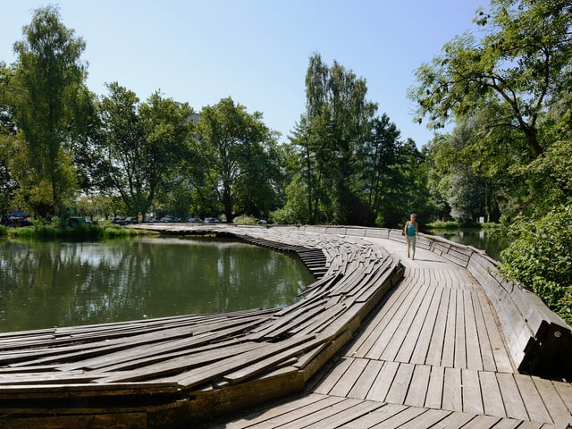 Damm über den Zellweger-Weiher des japanischen Architekten Tadashi Kawamata.