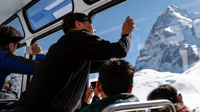 Visitaders che fotografeschen il Jungfraujoch.