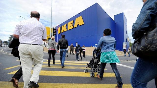 Leute gehen auf einen Ikea-Shop zu