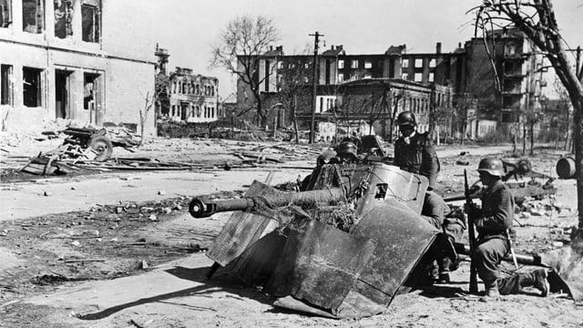 Soldaten, Abwehrkanone und Trümmer.
