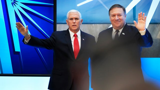 Mike Pence und  Mike Pompeo winken