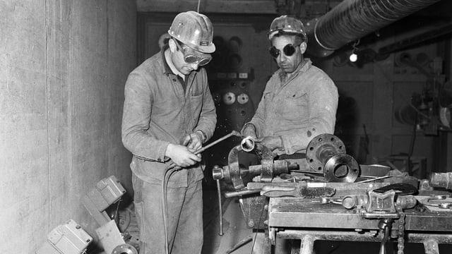 Bauarbeiter auf der Baustelle des Versuchsatomkraftwerks Lucens