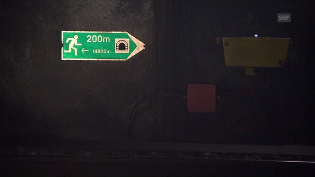 Wegweiser im Tunnel, der 200 Meter bis zum Tunnelende anzeigt
