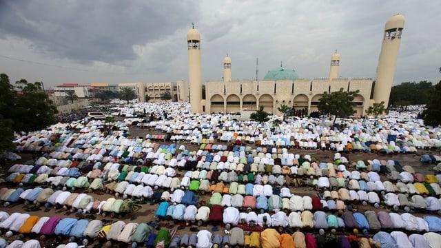 Betende vor der Grossen Moschee von Kano