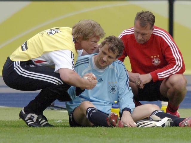 Oliver Kahn (links) schwört Jens Lehmann (Mitte) aufs Penaltyschiessen ein.