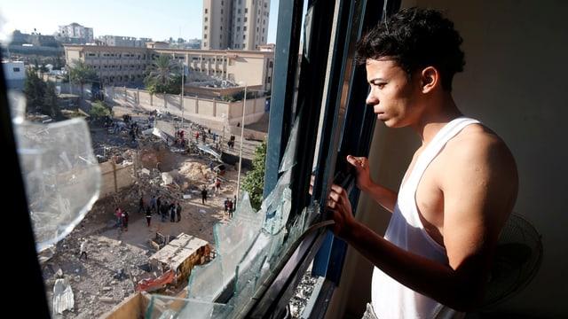 Palästinenser im Gazastreifen blickt auf die Verwüstungen nach einem israelischen Luftangriff