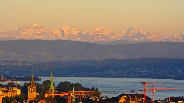 Abendlicher Blick von Zürich in die Glarner Alpen.