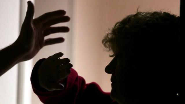 Drohgebärde gegen eine Frau (Symbolbild)