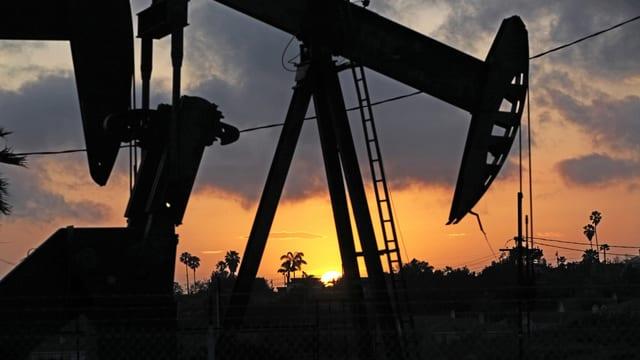 Symbolbild: Eine Ölpumpe im Sonnenuntergang.