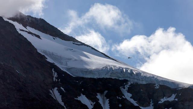 Ein Helikopter kreist über dem Sustengebiet.