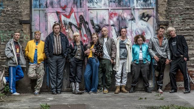 Die «Bumm Bumm Records»-Crew steht vor einem angesprayten Garagentor.