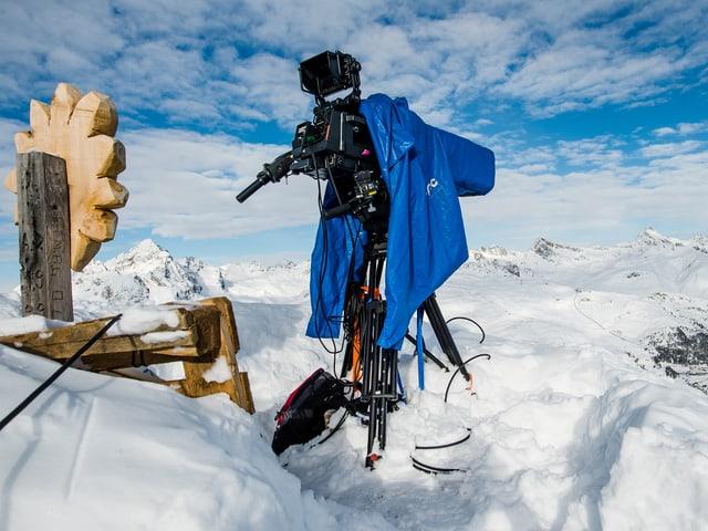 Sitzgelegenheit und Kamera am Berg