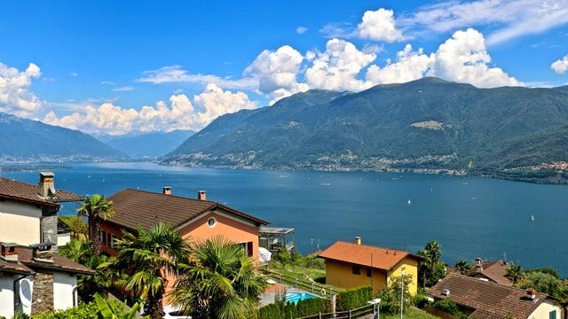 Blick von Brissago über den Lago Maggiore in die Magadinoebene, dahinter der Eingang zur Riviera.