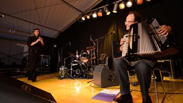 Musikanten auf eiern Bühne.