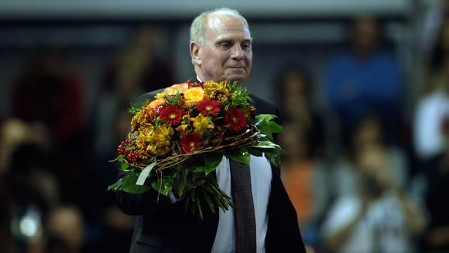 Uli Hoeness mit einem Blumenstrauss.