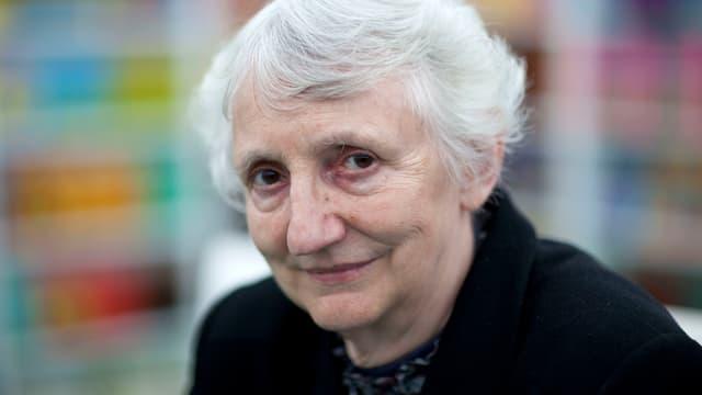 Onora O'Neill hat graue kurzes Haar.